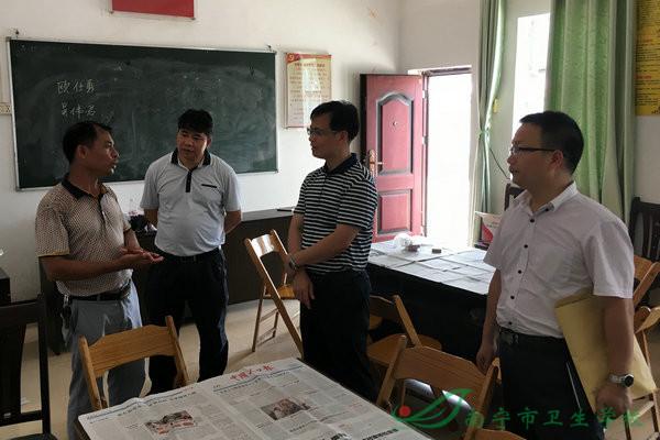 苏圩镇党委书记马升超(左二)到保联村调研-南宁市卫生学校图片