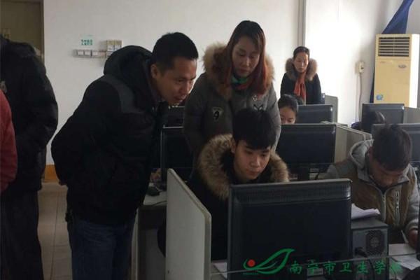 1.政府工作人员和老师在指导学生.jpg